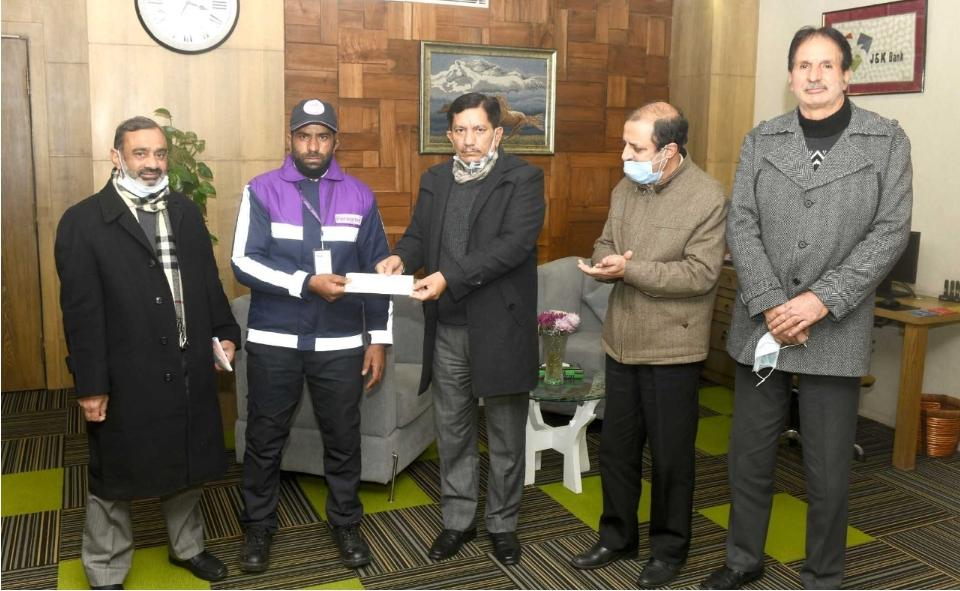 J&K Bank CMD felicitates security guard for act of bravery